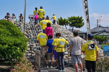 富士塚を参拝する参加者