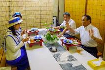 バル関係者とミス富士山が飲食を楽しむ