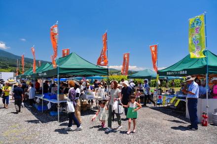 ひまわり畑の脇では「浮島ニッコリ市」を開催