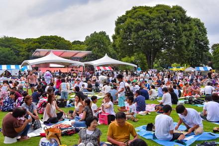 富士まつり開催で大いに賑わう中央公園芝生広場