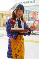 富士の茶娘による冷茶サービス