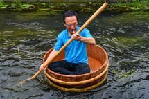 川下りを楽しむ富士市長