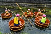 たらいでの川下りを楽しむ今泉小学校の児童