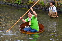 川下りを楽しむ四日市とんてき協会のメンバー
