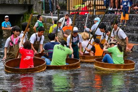 田宿川でのたらい流しに挑戦