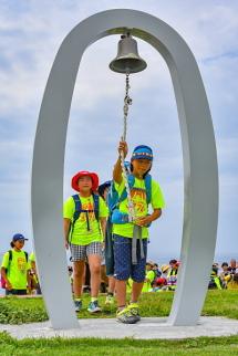 「はじまりの鐘」を鳴らす参加児童