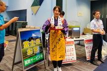 富士の茶娘によるお茶の試飲サービス
