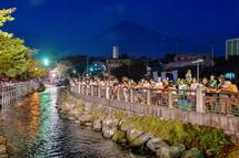 夕暮れ時の神田川と富士山の風景