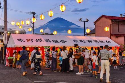 輪投げゲームなどが行われたテントと富士山の風景