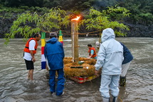 いかだを富士川に運ぶ