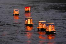 川を流れ下る灯籠