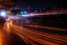 流れ下る灯籠の光跡