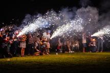 ミニ手筒花火を楽しむ子供たち
