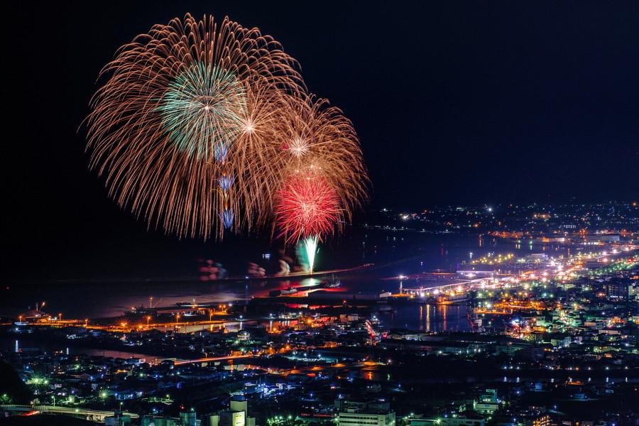 焼津市街の夜景と花火の風景