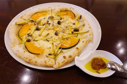 カンパーナではFUJI未来塾のプロジェクトで提案された「ロザマリーナ」をつけていただくピザを提供