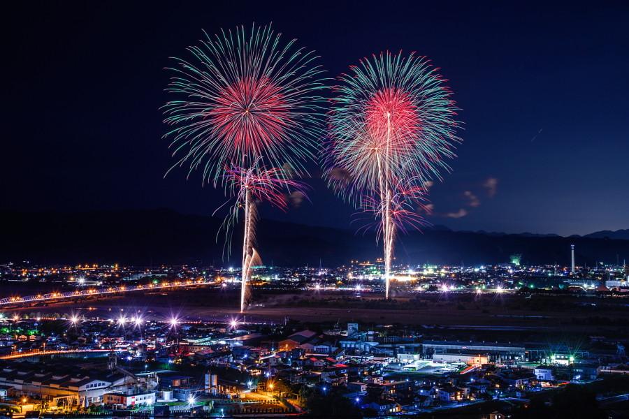 大井川から打ち上がる花火と夜景