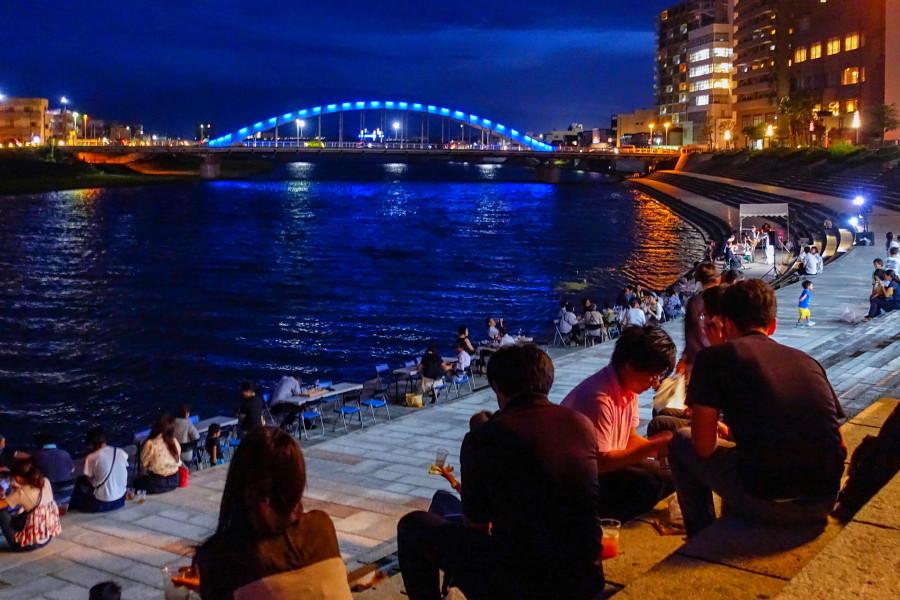 狩野川沿いの夜景を見ながら飲食を楽しむ