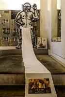 廊下や階段にも作品を展示