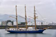 田子の浦港を出港するみらいへ