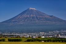 雁堤からの冠雪富士山