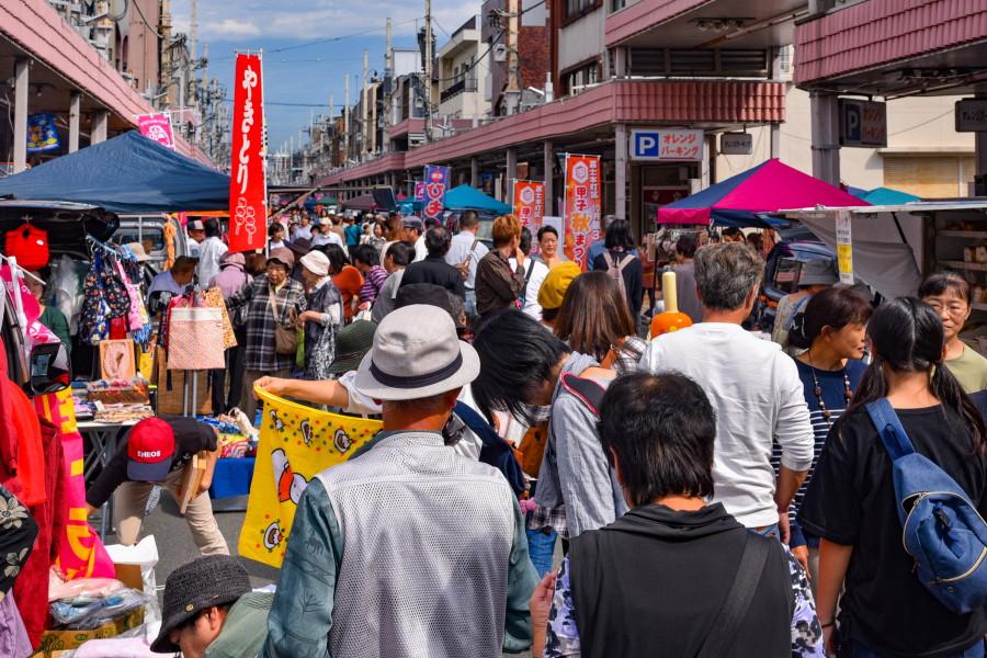 軽トラ市で賑わう富士本町商店街