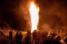 カゴから火の粉が降り注いで見応えある光景に