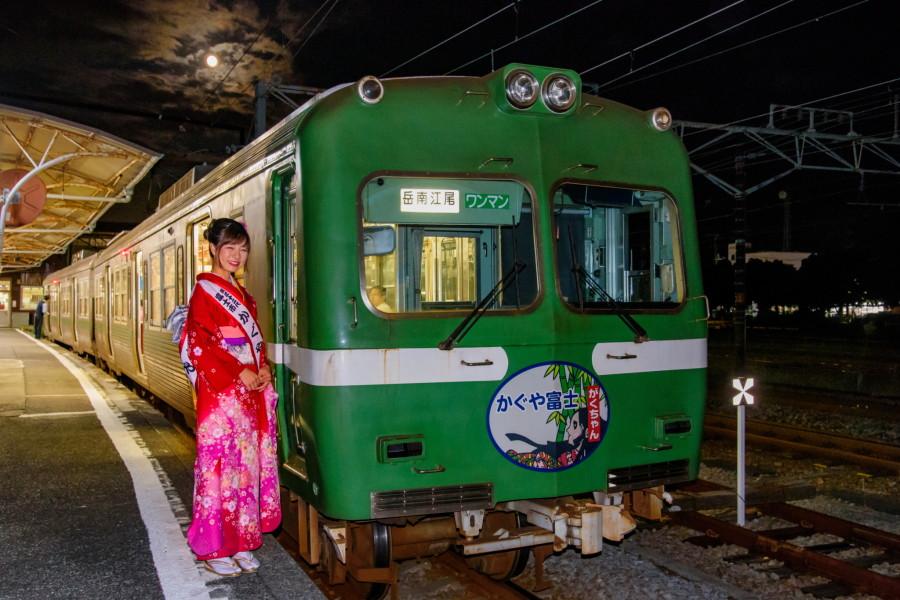 電車と富士市かぐや姫を名月とともに撮影