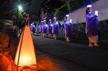列をなして歩く女性たち