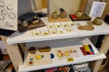 手作り雑貨が並ぶ