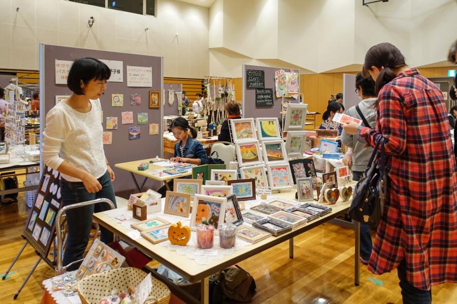 アートクラフトマーケット開催の富士市交流プラザ