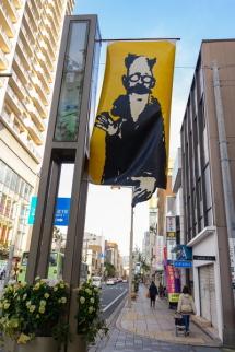 通りのフラッグポールに作品を掲揚