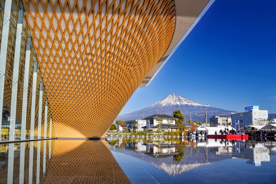 逆円錐形の木格子の建物と富士山の風景