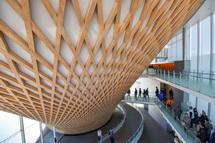 館内からの見た迫力ある円錐形の木格子