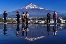 展望ホールの床に映る逆さ富士
