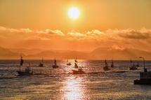 日が昇ってパレードの漁船が戻って来る