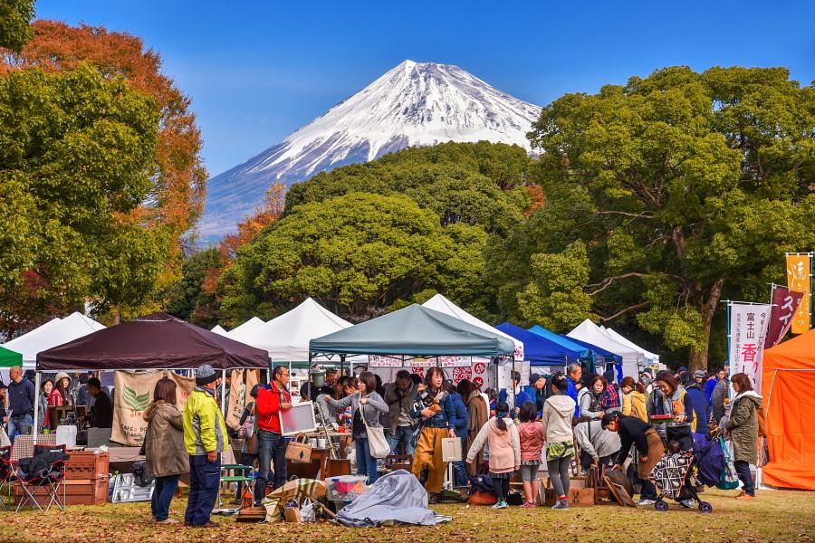 富士山をバックに賑わうアートクラフト会場