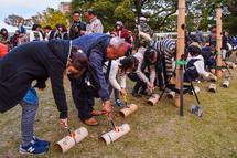 竹灯籠への点灯作業