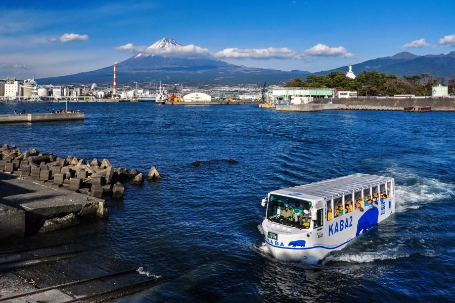 田子の浦港でデモ走行が行われた水陸両用バス