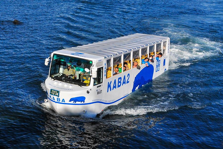 港内を運行する水陸両用バス