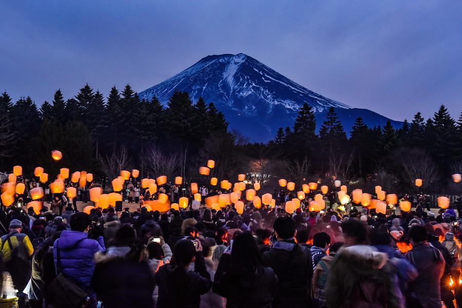 日暮れとともにスカイランタンの灯りが浮かび上がる