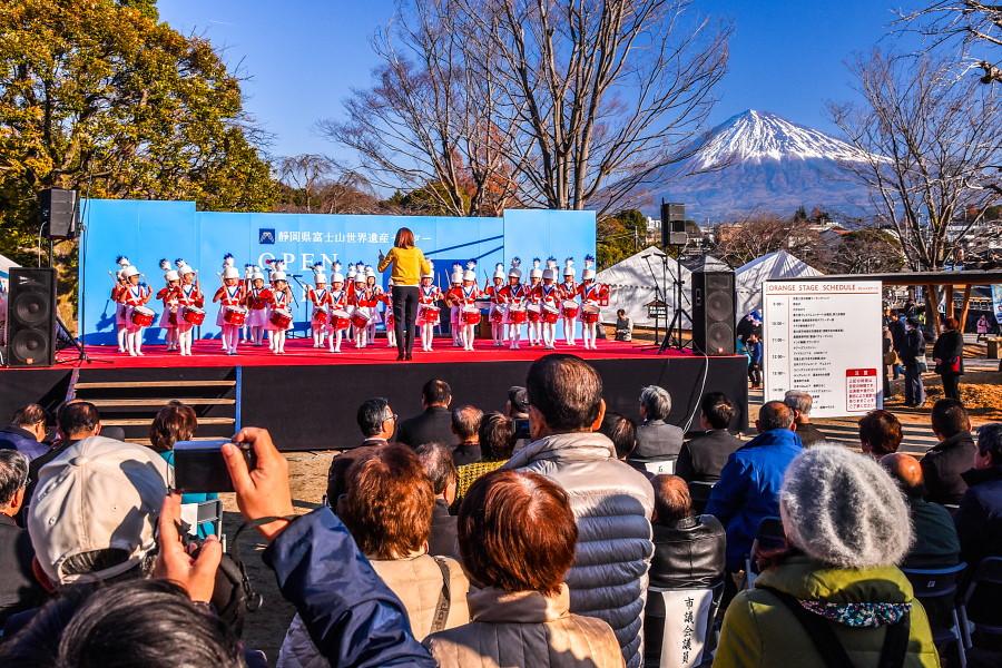 賑わうステージと富士山の風景