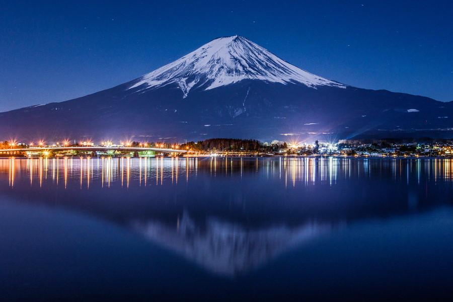 月明かりで浮かび上がった河口湖からの富士山