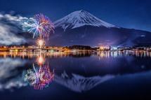 花火と富士山の風景