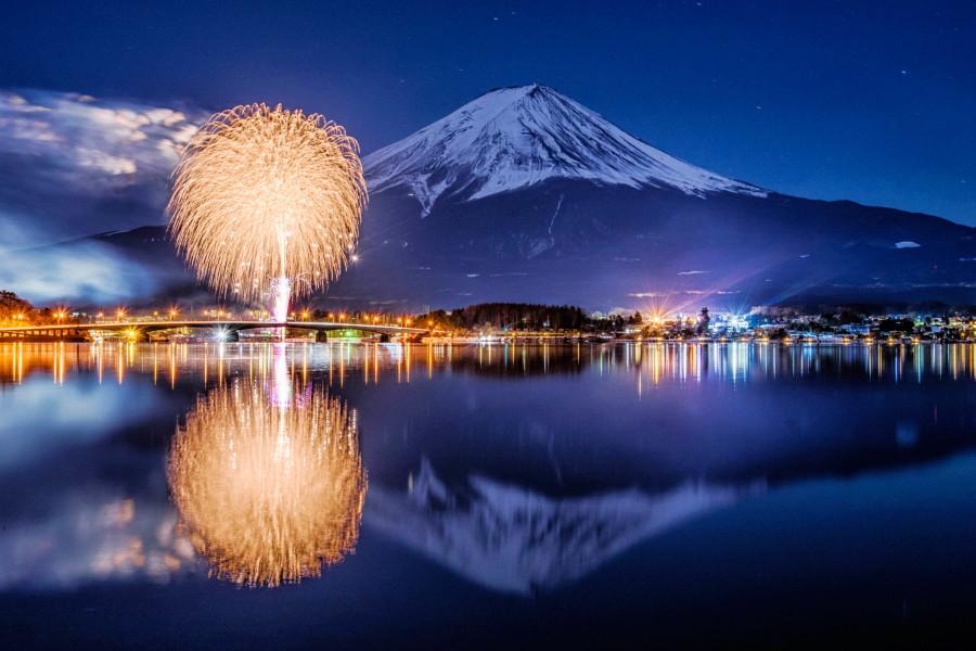 フィナーレの花火と富士山
