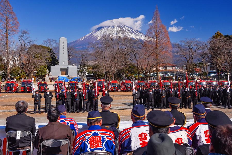 富士山をバックにした式典風景