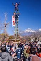 富士山と梯子乗りの風景