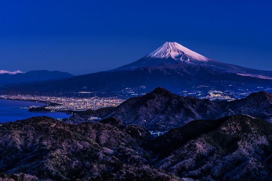 夜明けの富士山と沼津方面の風景
