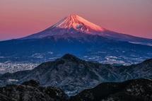 美しい紅色の空と富士山の風景