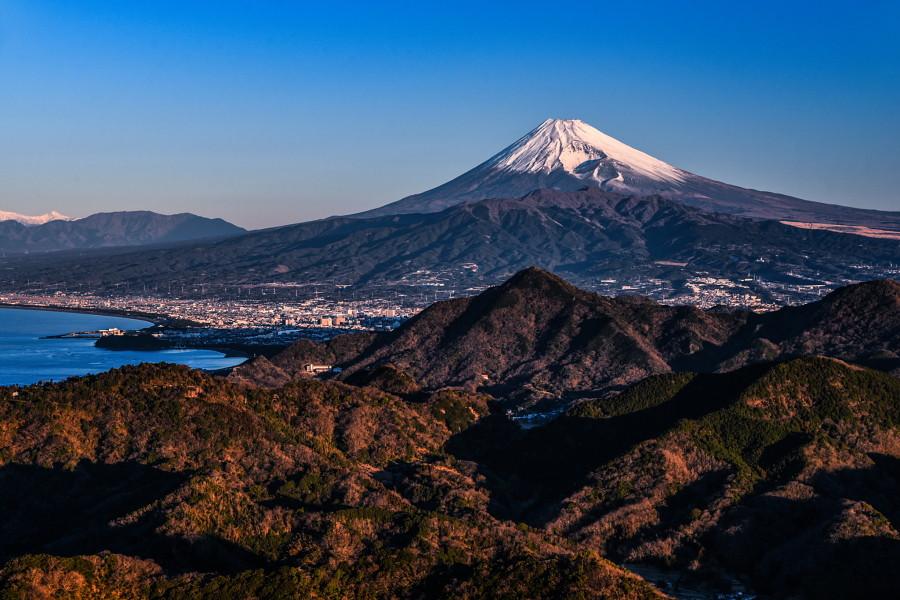 澄んだ青空に映える富士山の風景