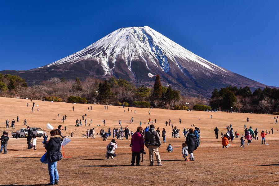 会場の朝霧アリーナと富士山の風景